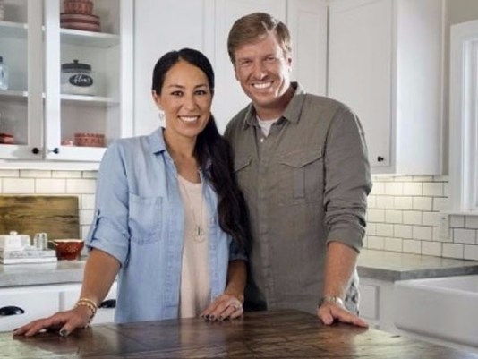 hgtv 39 s fixer upper will end after season 5 chip and joanna say. Black Bedroom Furniture Sets. Home Design Ideas